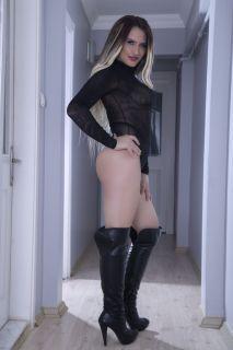 anal escort, otele gelen travesti, sarı saçlı travesti, beyaz tenli travesti, göğüslü travesti, dik kalçalı travesti